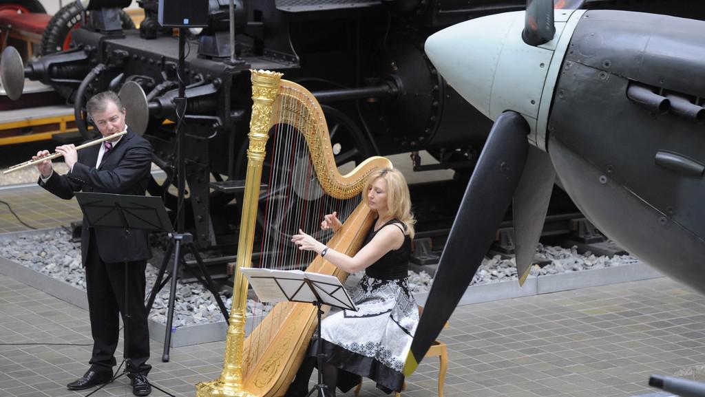 Flétnista Roman Novotný a harfenistka Jana Boušková v NTM