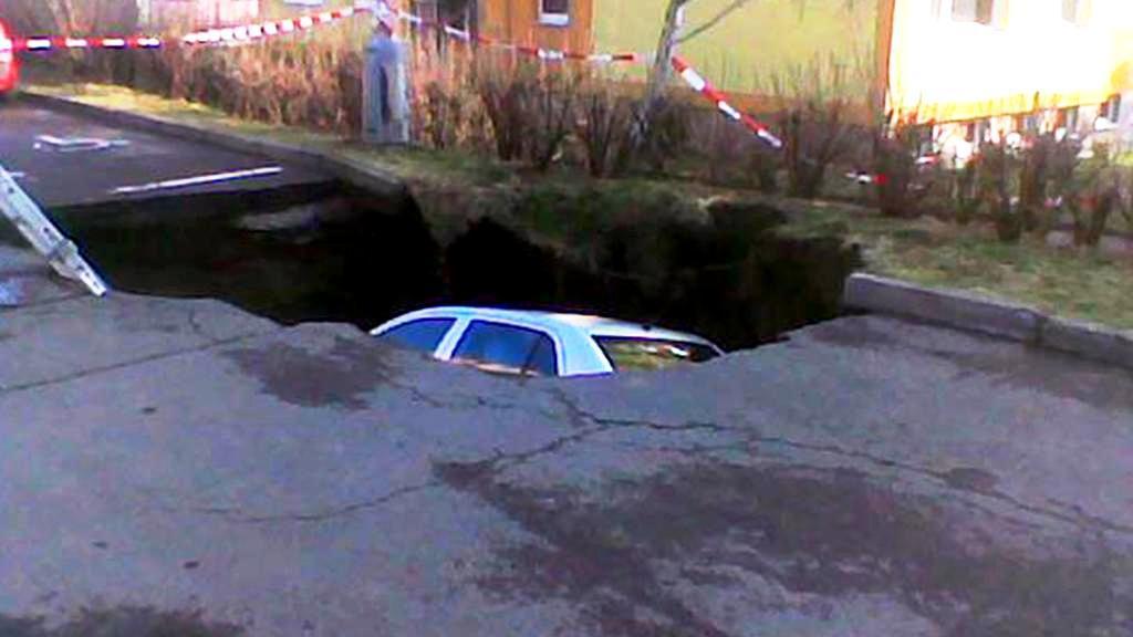 Auto zmizelo pod zemí