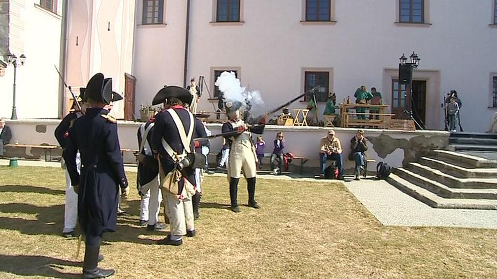 Cvičení vojáků na nádvoří ořechovského zámku