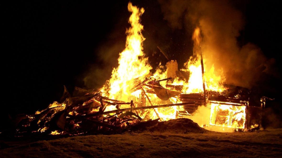Požár chaty ve Velkých Karlovicích