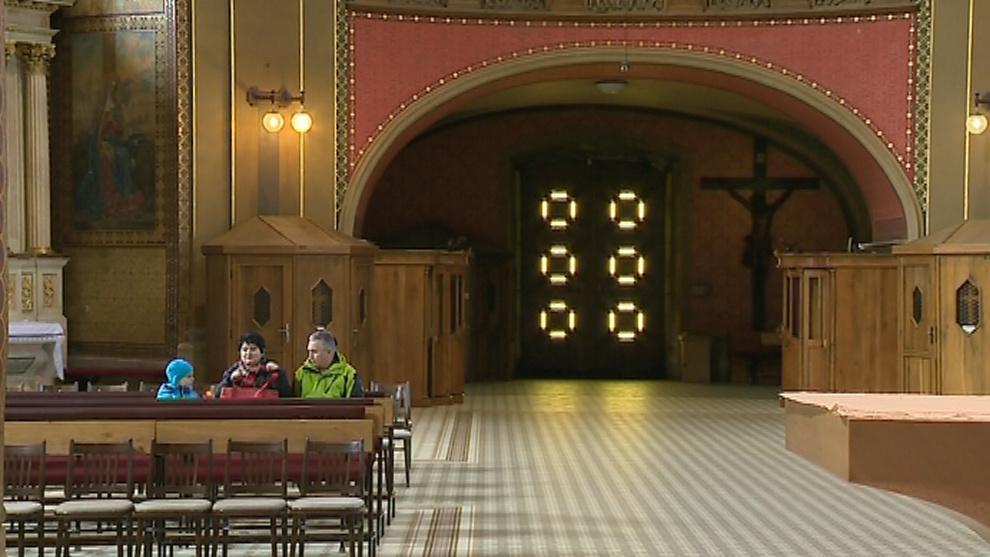 Poutníci v hostýnském chrámu