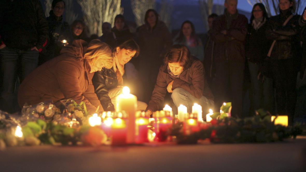 Lidé v Sionu zapalují svíčky za oběti autobusové nehody