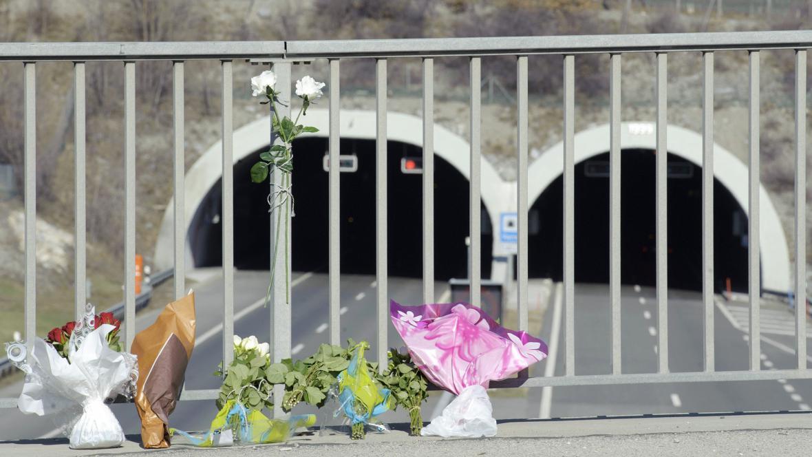 Květiny před tunelem, kde havaroval autobus s dětmi
