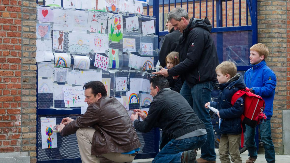 Lidé před školou, jejíž žáci havarovali ve Švýcarsku