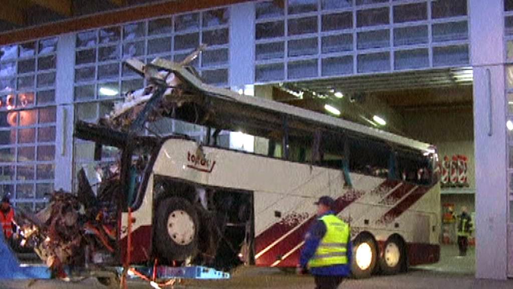 Vrak belgického autobusu po nehodě ve Švýcarsku