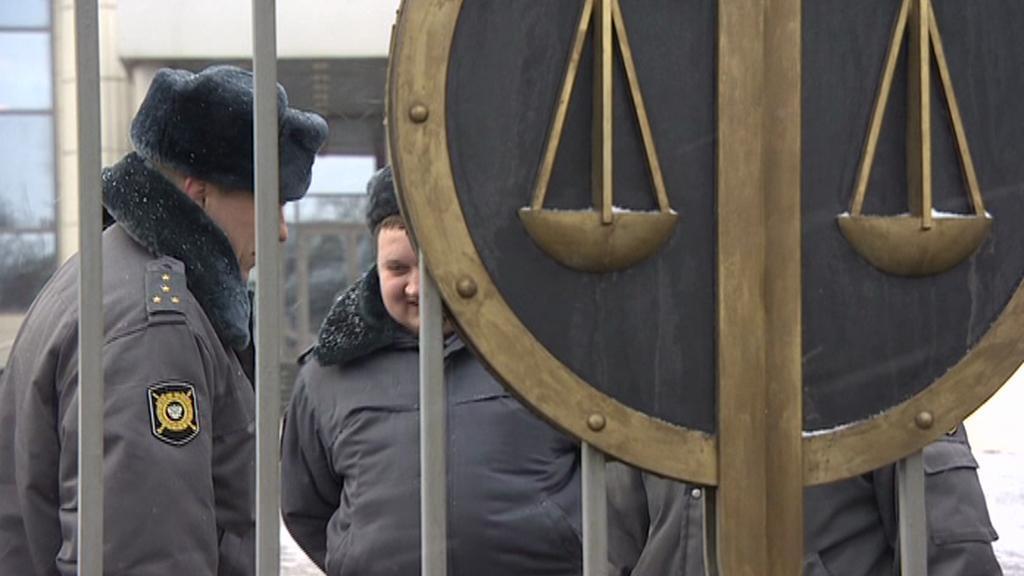 Moskevská policie před budovou městského soudu