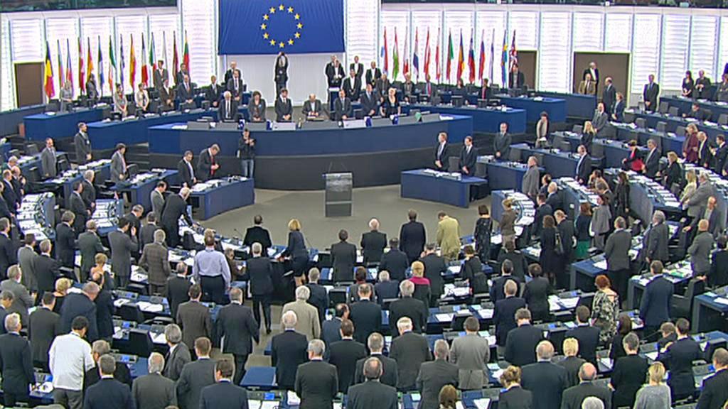 Evropský parlament drží minutu ticha za oběti nehody ve Švýcarsku