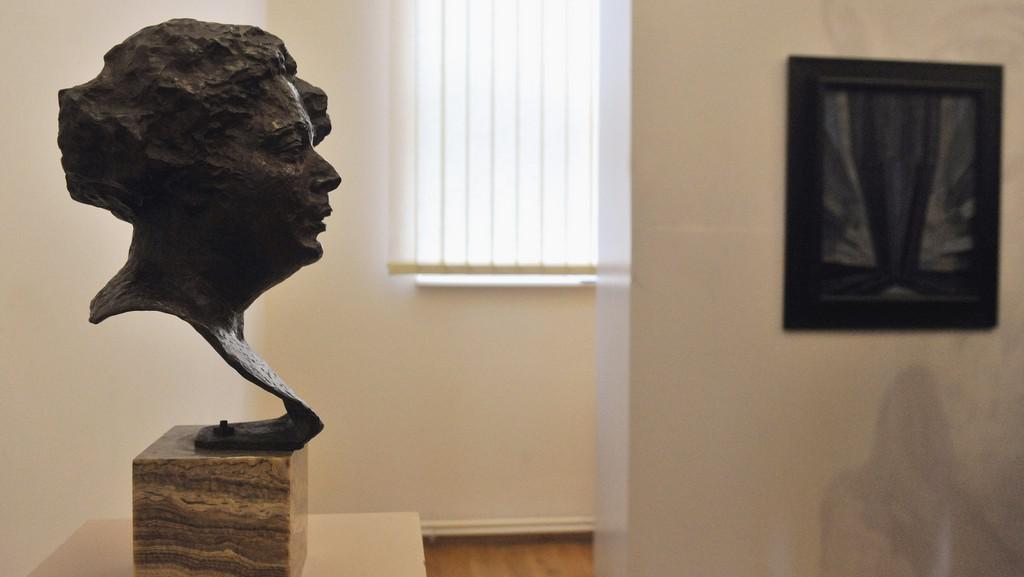 Busta Eugenie Kupkové (v pozadí Kupkův obraz Tvar modré)