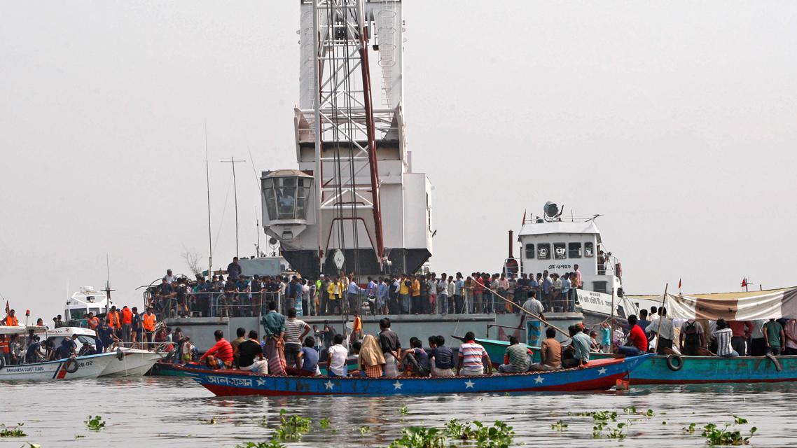 Záchranáři pátrají po obětech lodního neštěstí v Bangladéši