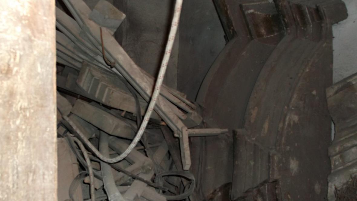 Zbytky původních varhan, které byly zničeny za války