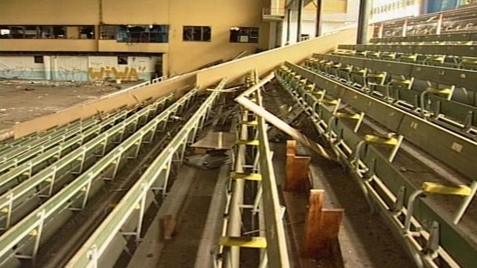 Zničený interiér zimního stadionu