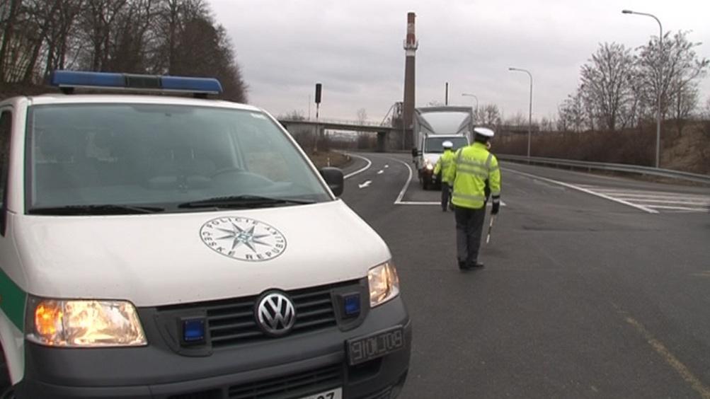 Silnice je zavřená, policisté odklání dopravu
