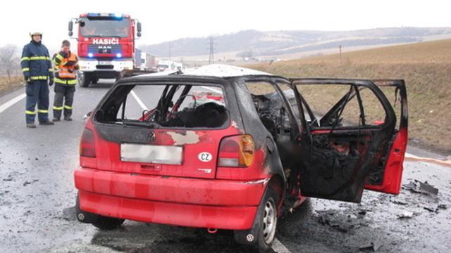 Druhý řidič zůstal zaklíněný v hořícím autě