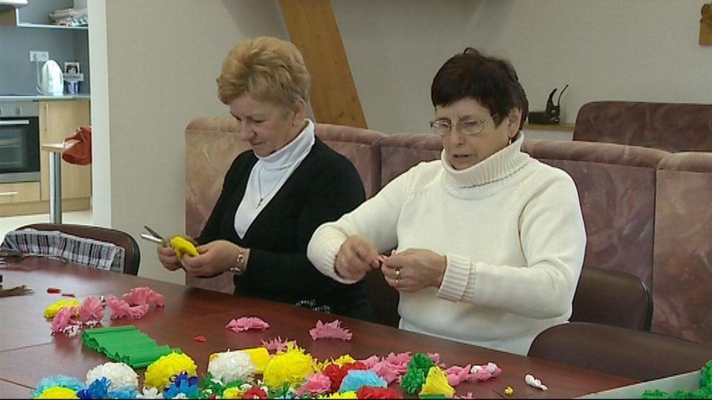 Kunovické ženy připravují papírové růže