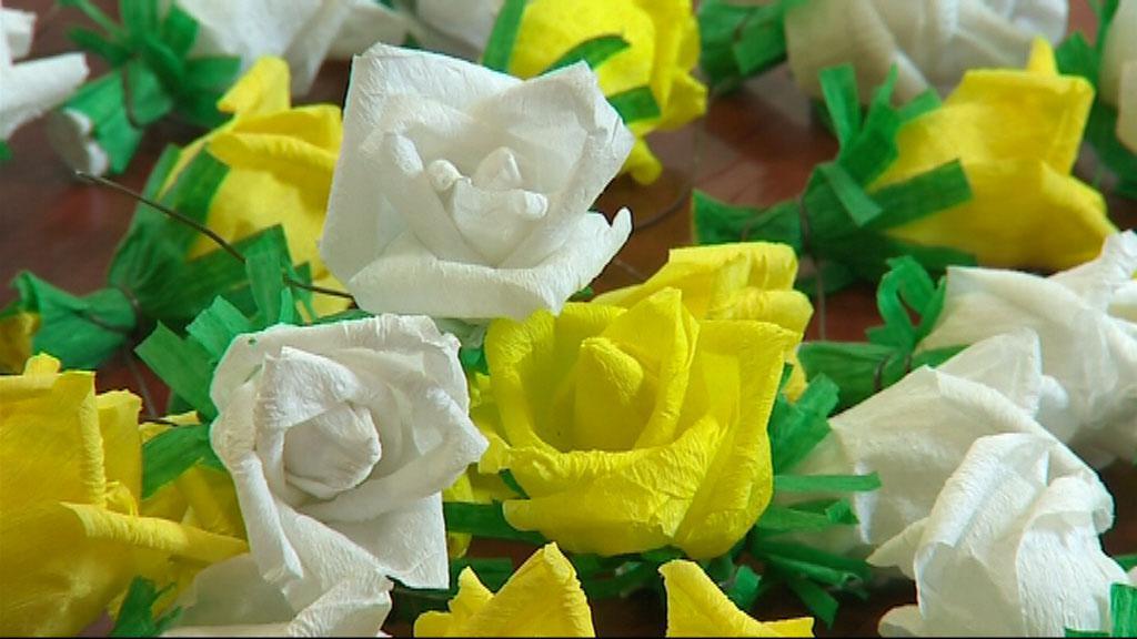 Papírové růže na Jízdu králů