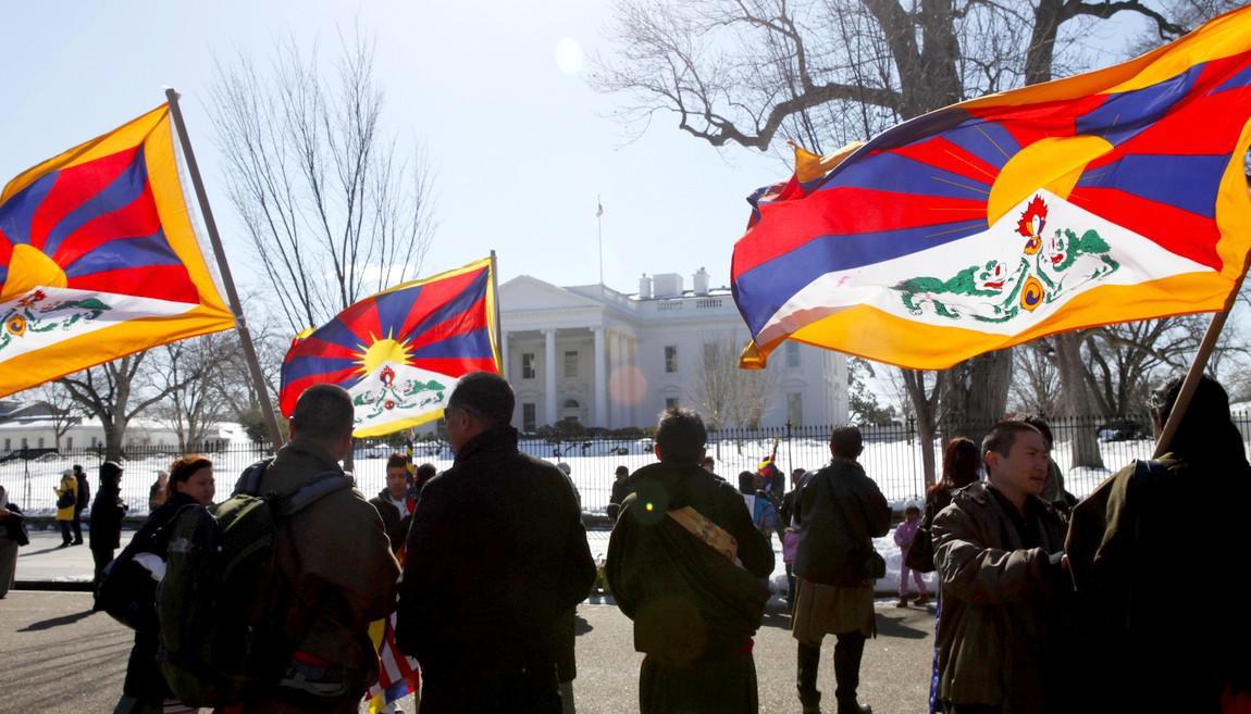 Tibetské vlajky před Bílým domem