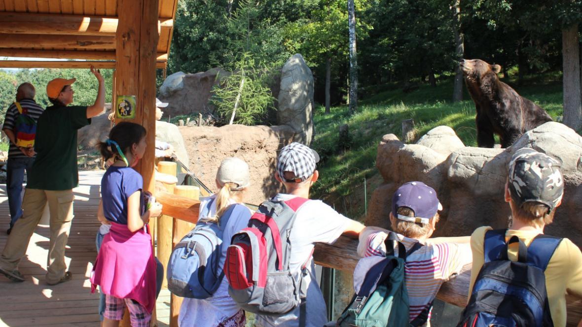 Děti si užívají pohled na medvěda kamčatského