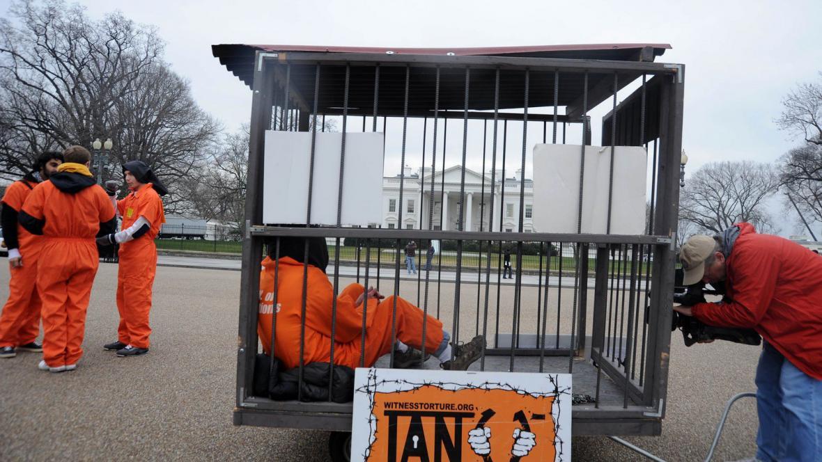 Americké protesty proti věznici Guantánamo