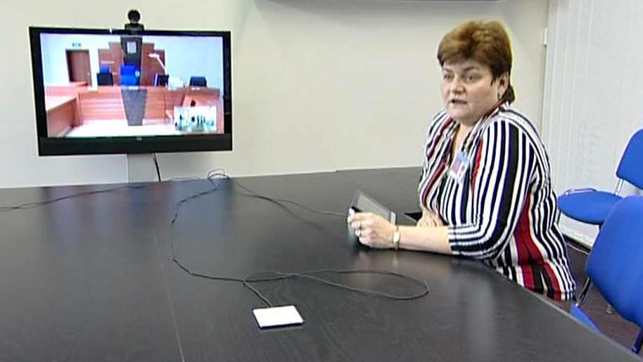 Videokonference mezi věznicí a soudní síní