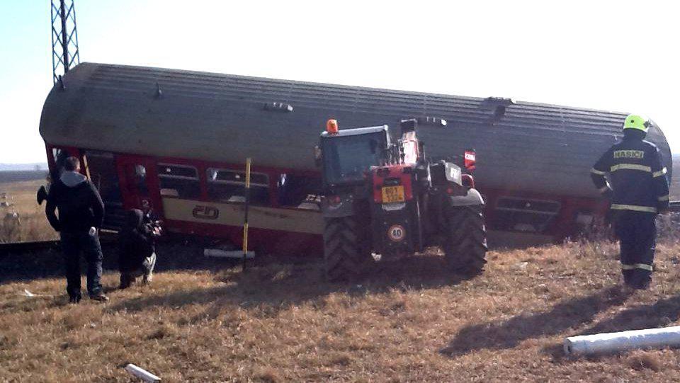 Vyprošťování vykolejeného vlaku bude podle Drážní inspekce trvat několik hodin