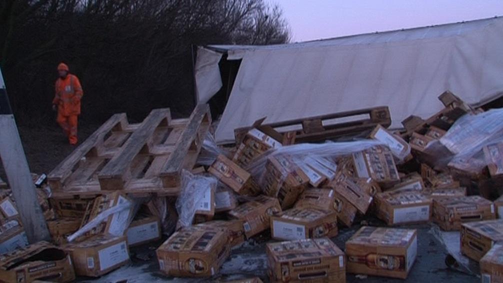 Náklad havarovaného kamionu skončil na dálnici