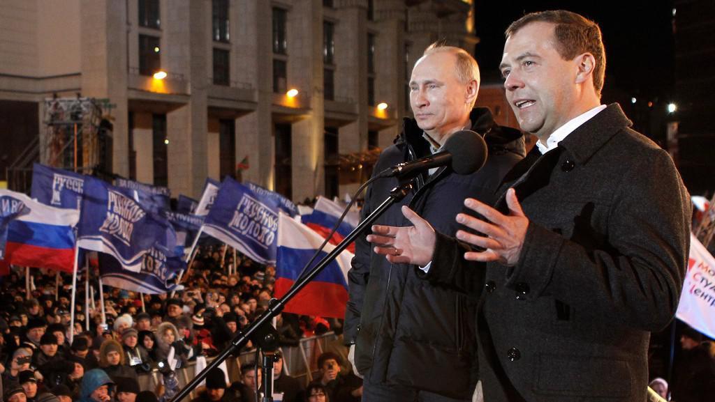 Dmitrij Medvěděv a Vladimir Putin na náměstí před Kremlem v Moskvě