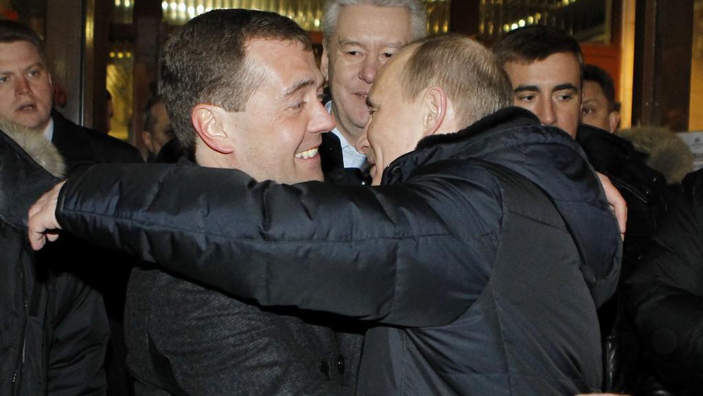 Dmitrij Medvěděv a Vladimir Putin, který právě prohlásil své vítězství v prezidentských volbách