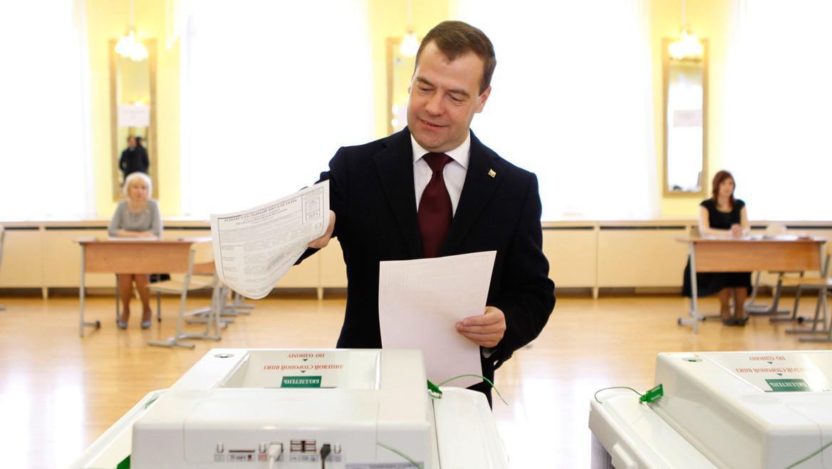 Dmitrij Medvěděv u volební urny