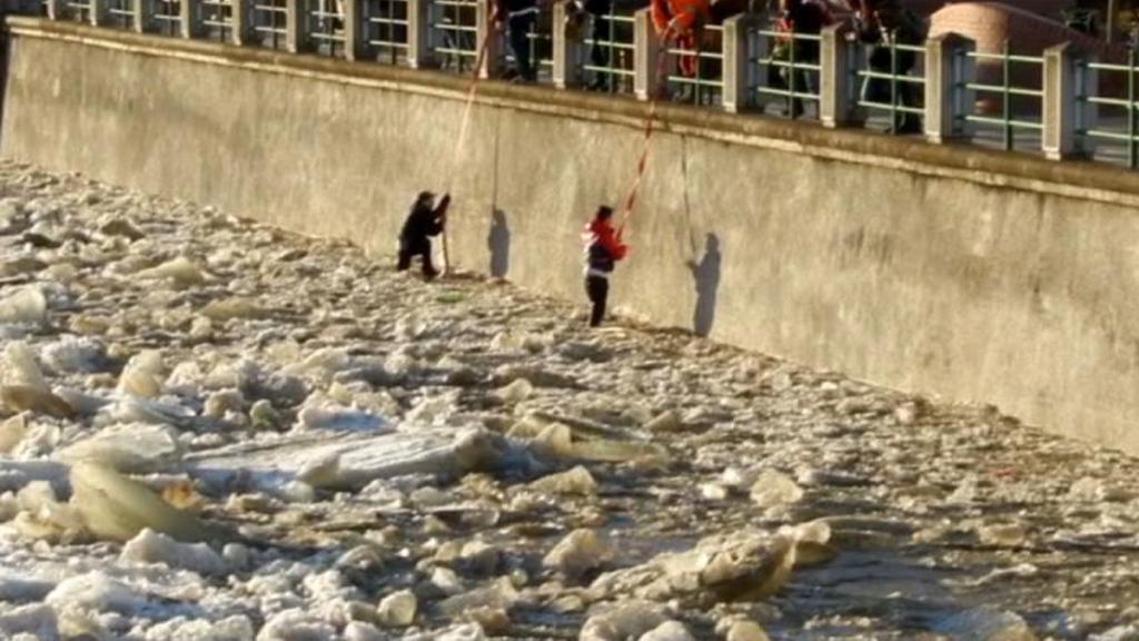 Dělníci vytáhli dva mladíky z řeky Bečvy