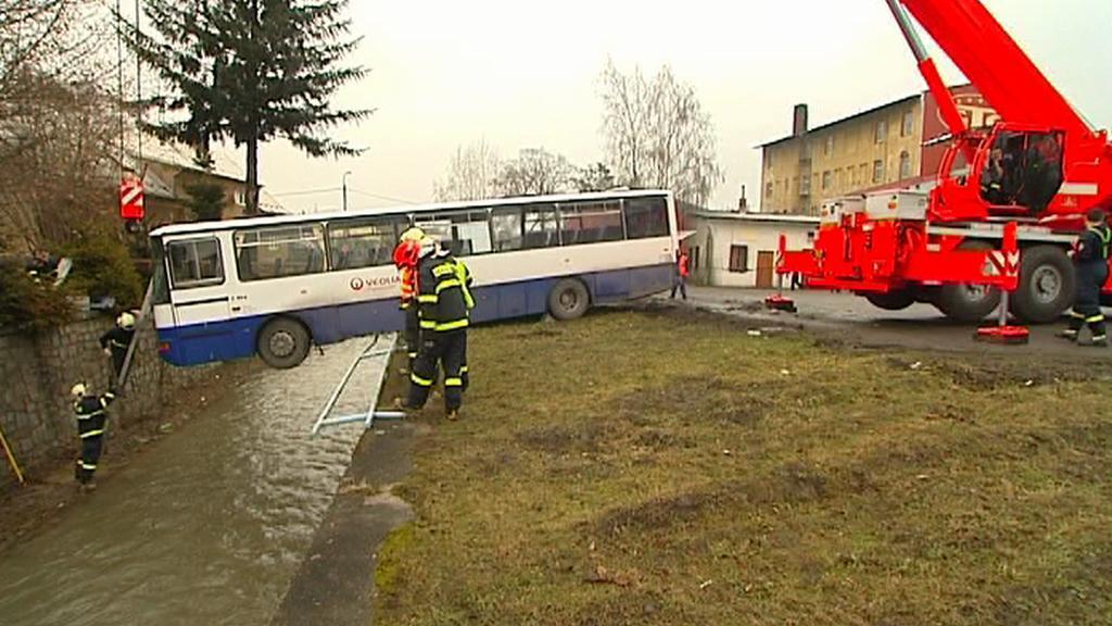 Autobus nad řekou