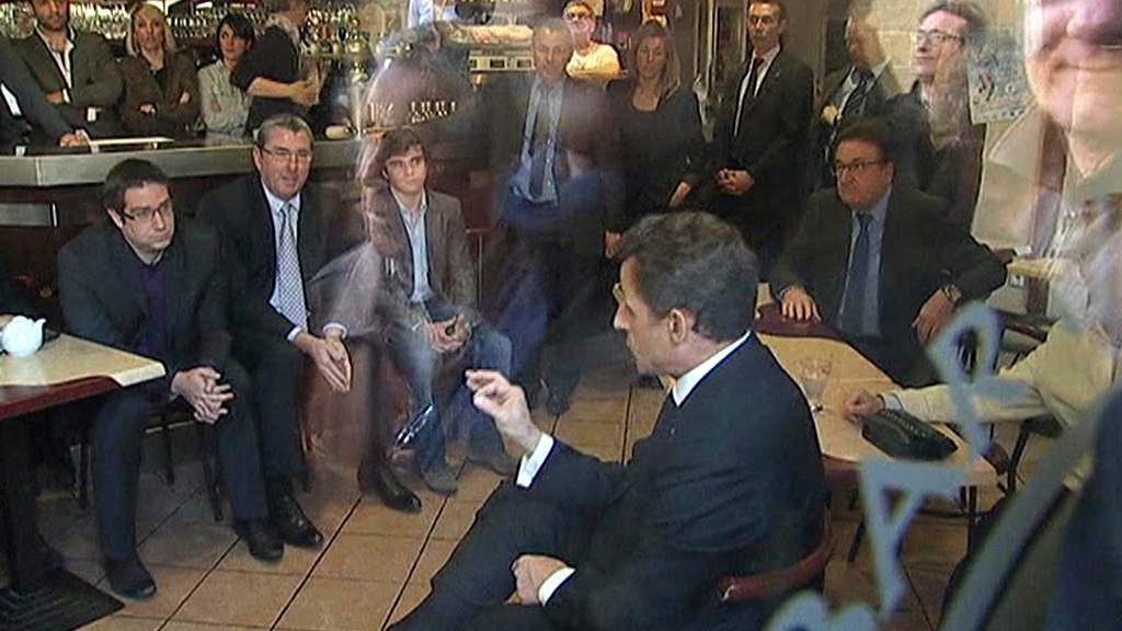 Sarkozy se před demonstranty ukryl v kavárně
