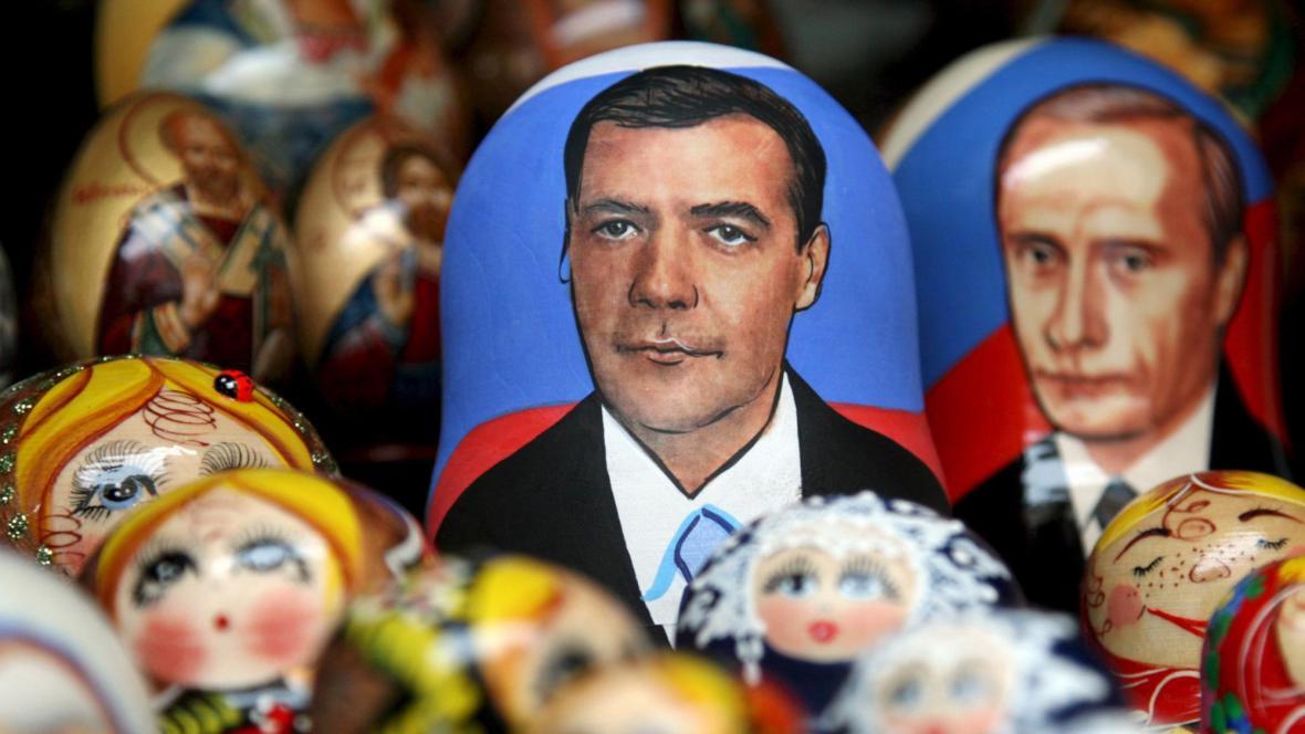 Dmitrij Medvěděv a Vladimir Putin jako matrjošky