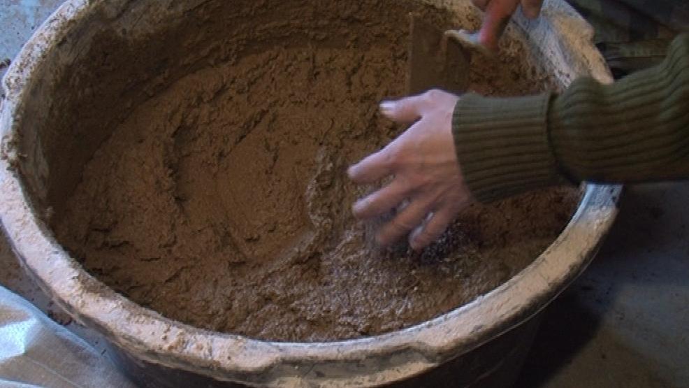 Do hliněné omítky se přimíchává čaj nebo mateřídouška
