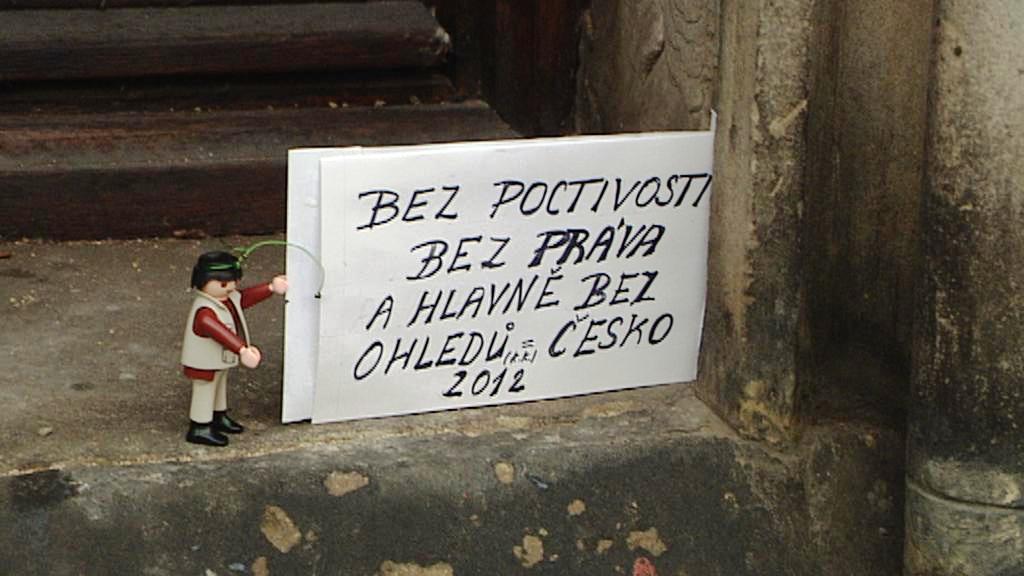 Demonstrace hraček na podporu Romana Týce