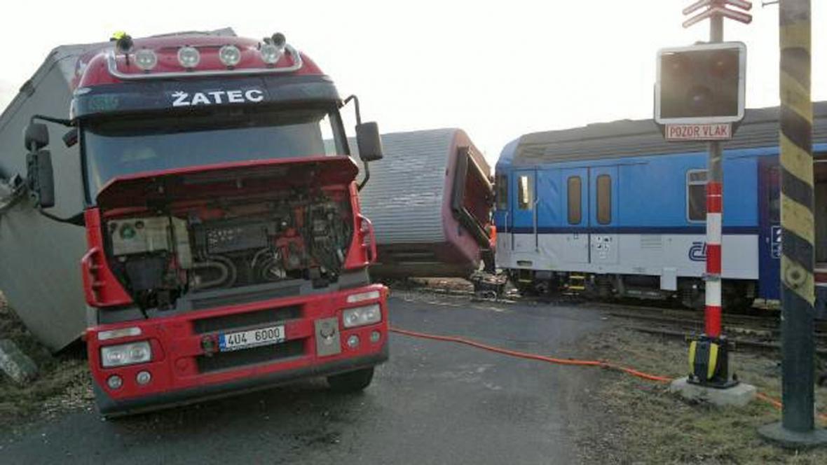 Po srážce s kamionem se převrátil vlak