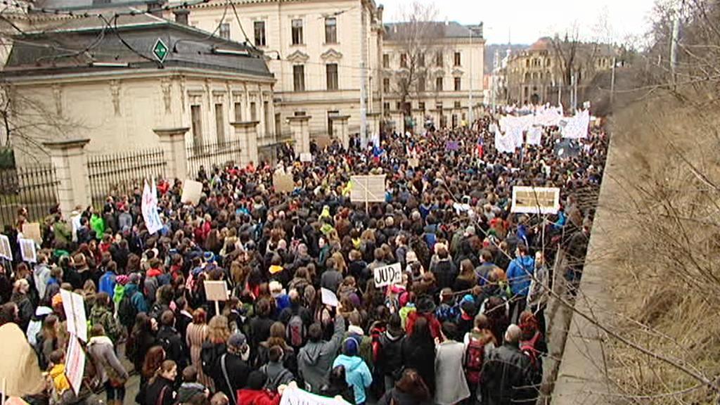 Studenti před Úřadem vlády