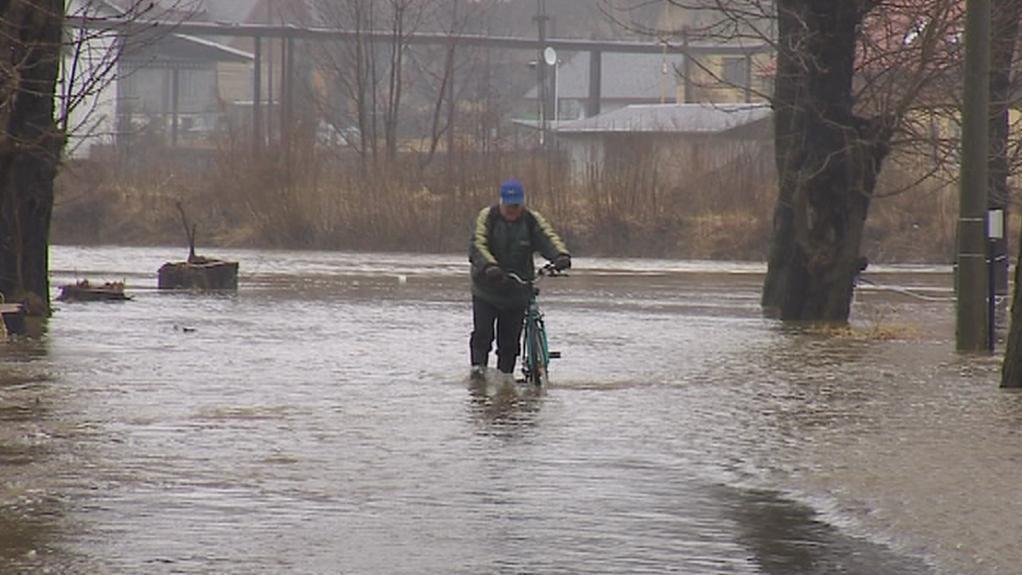 Voda zaplavila některé silnice