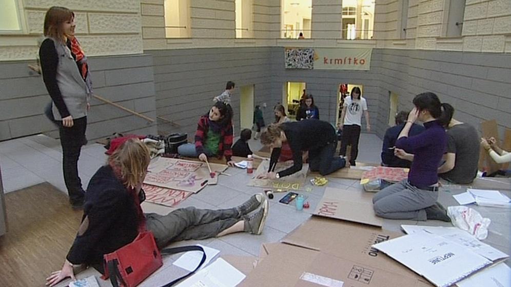 Studenti připravují transparenty