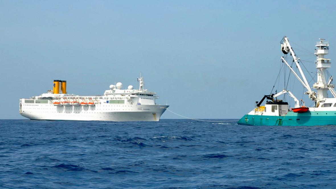 Rybářská loď Trévignon vleče poškozenou výletní loď Costa Allegra