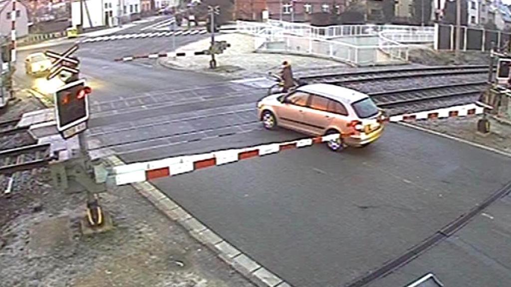 Řidič uvězněný na železničním přejezdu