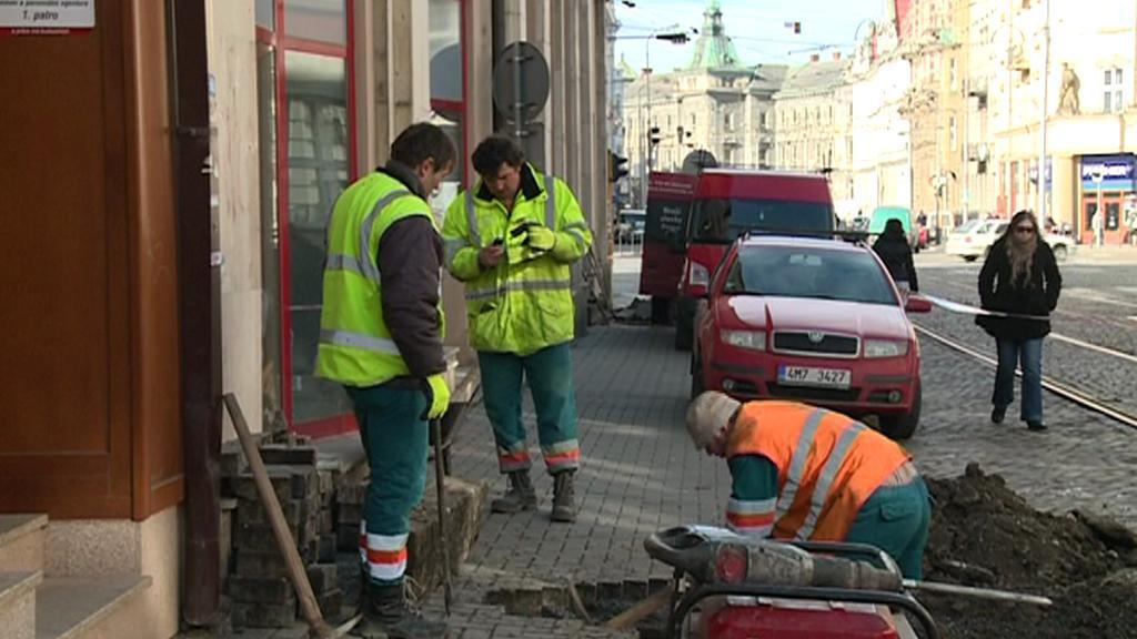 Dělníci kopou jámy na nové sloupy