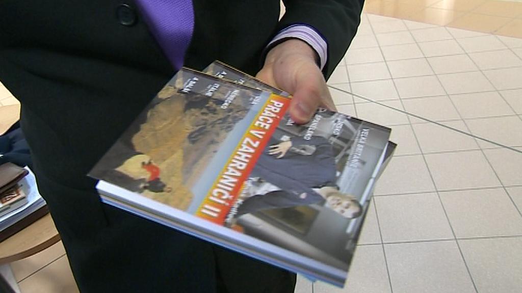 Tomáš Kadlec  s brožurou