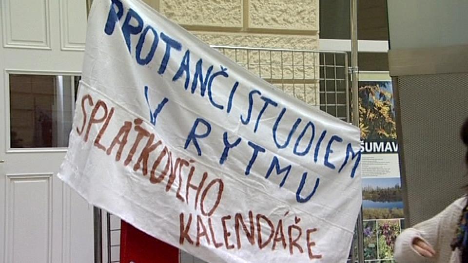 Vysokoškoláci připravují transparenty pro úterní demonstraci