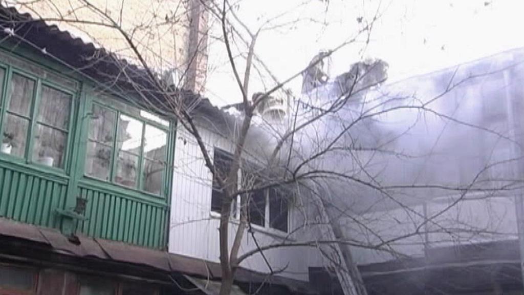 Požár po výbuchu v bytě teroristů