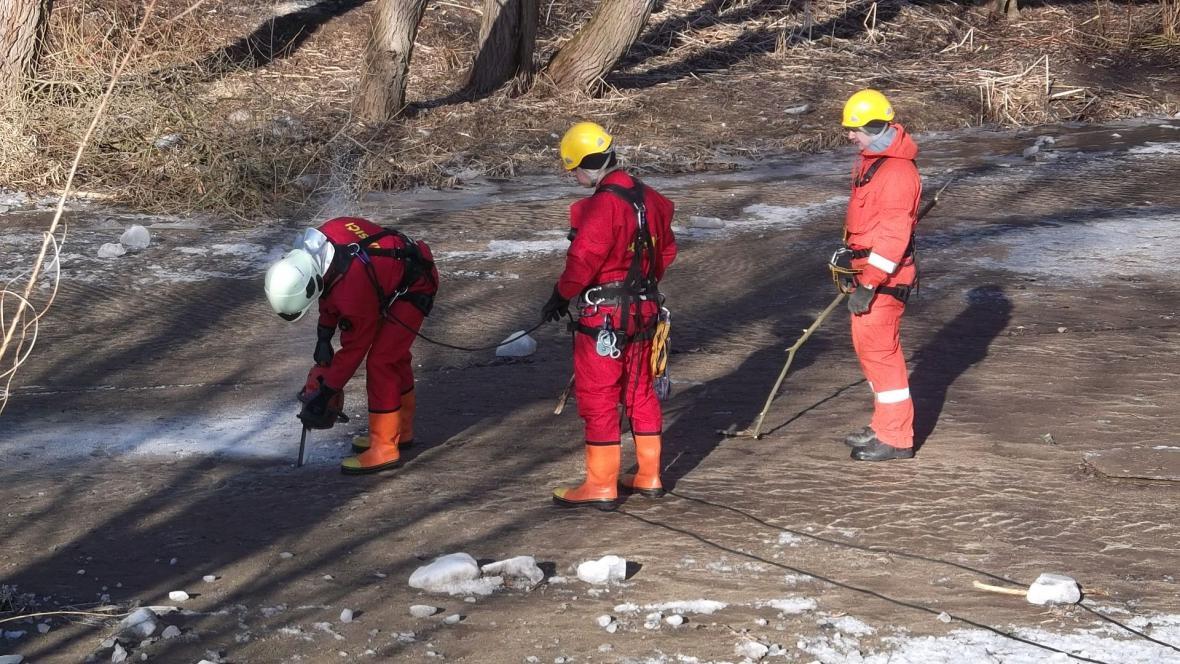 Práce pyrotechniků na řece Svratce