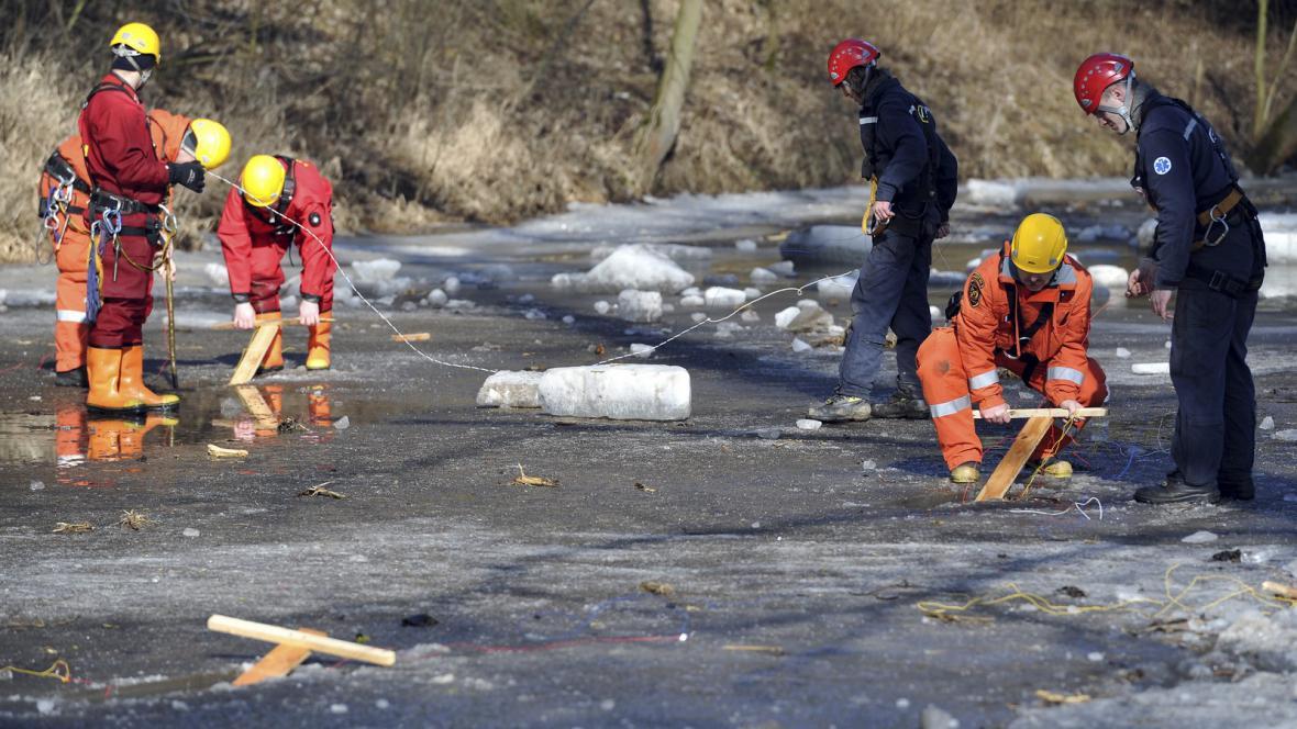 Střelmistři umísťují výbušninu do ledu na Svratce