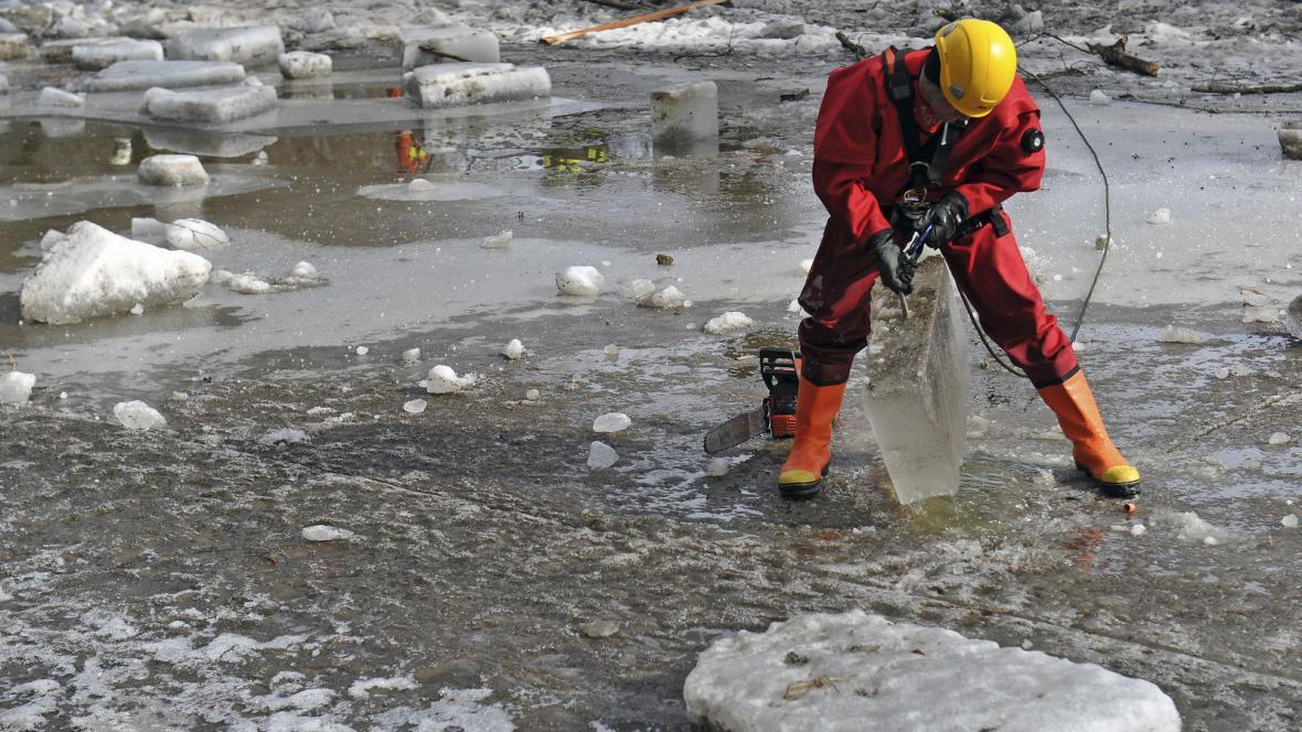 Hasiči odstraňují ledové kry na Svratce