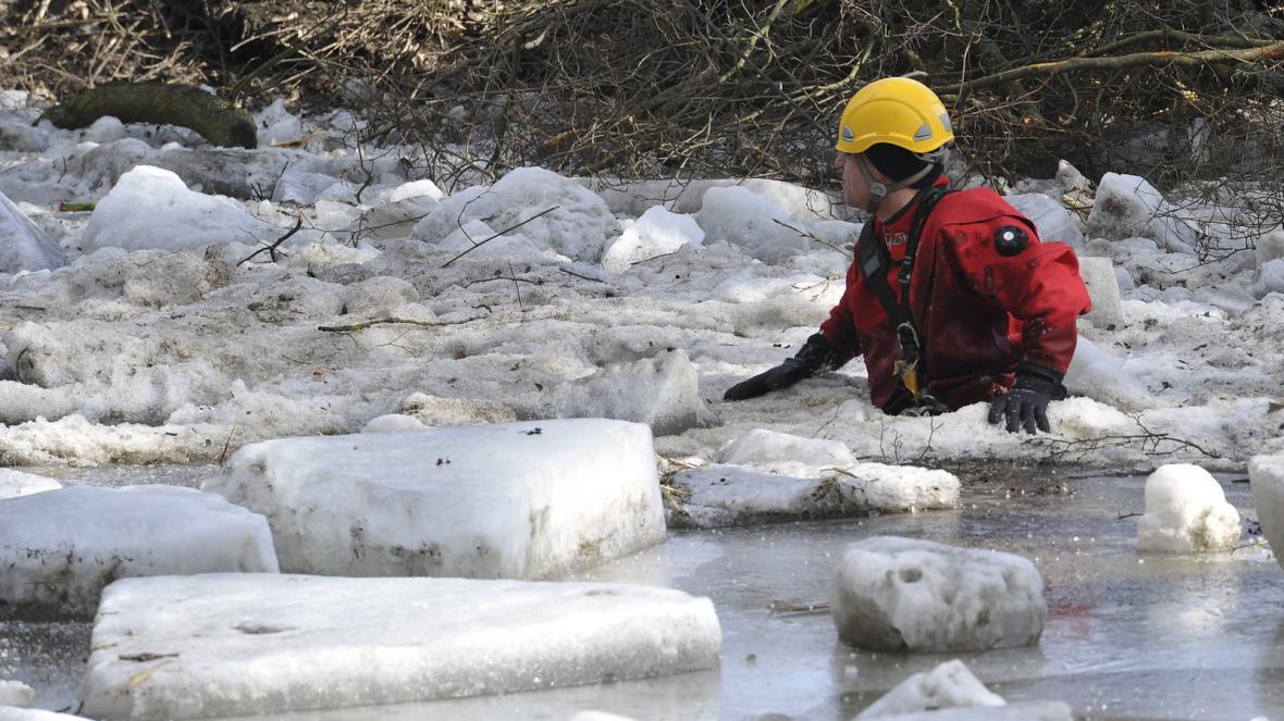 Práce hasičů na řece Svratce