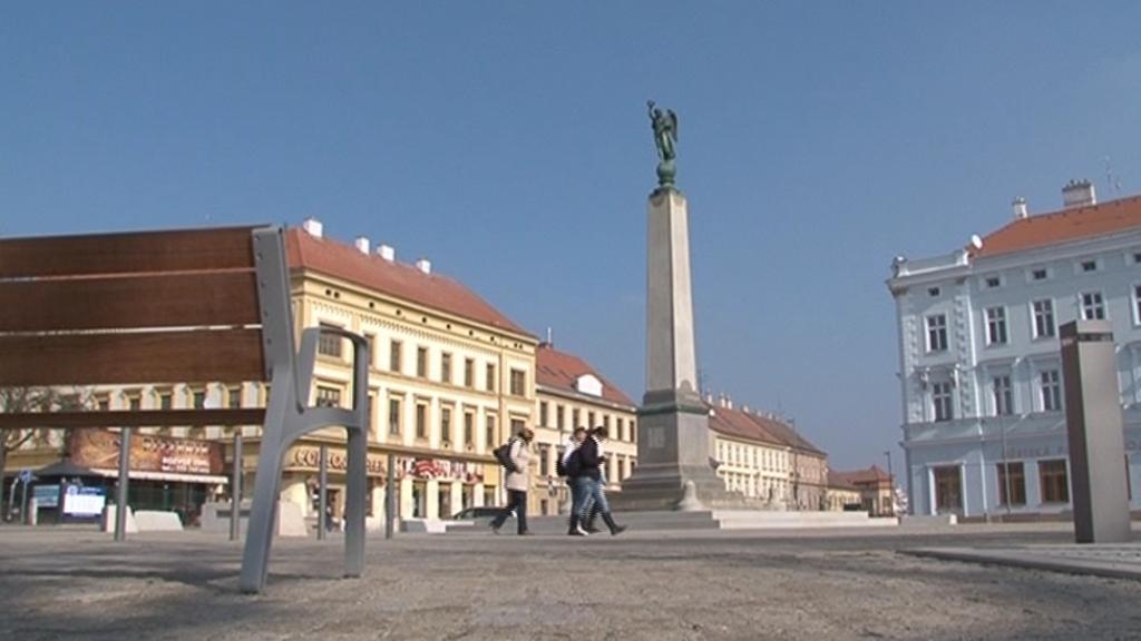 Dnes je pomník na Komenského náměstí ve Znojmě bez ozdob a nápisů