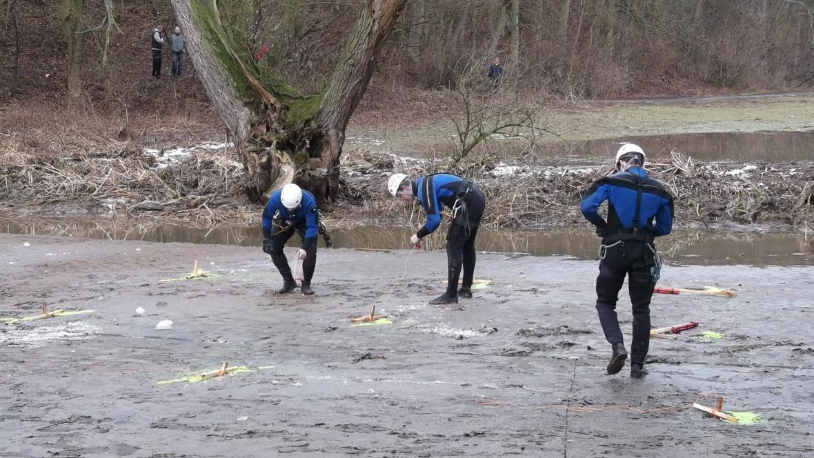 Pyrotechnici připravují odstřel ledu